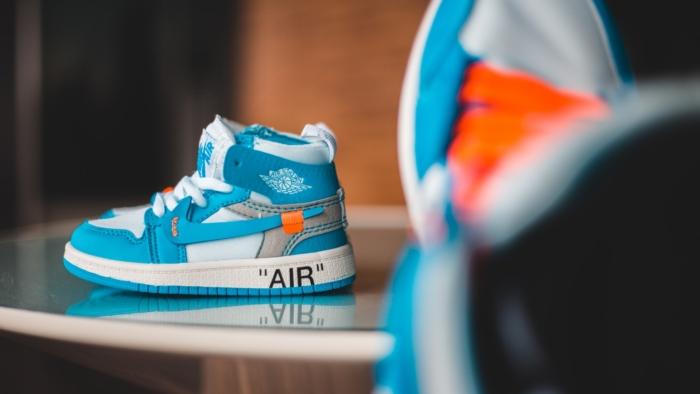 Blauwe sneakers op een tafel